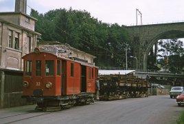 Am 22. Juli 1968 kam die doppelspurige Neubaustrecke Worblaufen – Ittigen in Betrieb, am selben Tag wurde der Betrieb auf der Strassenstrecke Worblaufen – Ittigen offiziell eingestellt. Als Konsequenz aus dieser Umstellung wurde das Anschlussgleis der Firma Worbla vor dem Stufenbau im selben Jahr von Meterspur auf Dreischienengleis und Normalspur umgebaut. Auf der im August 1968 entstandenen Aufnahme schiebt die Gem 4/4 32 eine Ladung zum Einbetonieren präparierte Schienenjoche an der Kaserne Worblaufen vorbei zum Anschlussgleis Worbla. Hinter dem hohen SBB-Viadukt und der neuen Linie Worblaufen – Ittigen sind knapp die Autobahnbrücke und das Betonwerk Worblaufen zu erkennen. Die Gleise der Strassenstrecke wurden 1969 abgebrochen. Warnwesten und Rangierfunkgeräte waren damals noch nicht üblich. (Foto: Peter Willen)