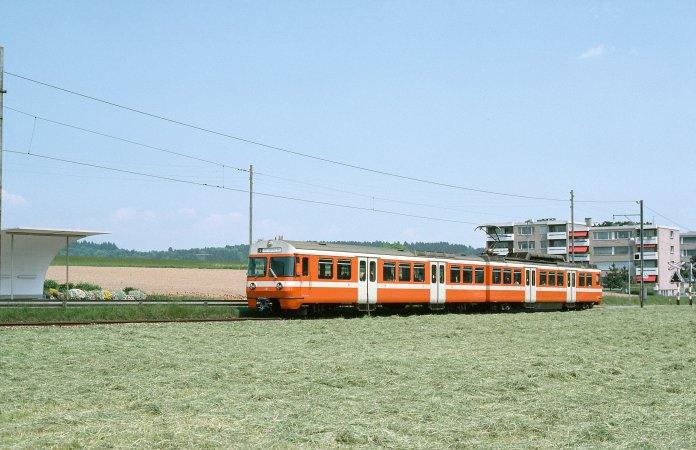 Der Be 4/8 49 verlässt am 26.05.1980 Moosseedorf in Richtung Zollikofen auf der alten, parallel zur Strasse führenden Strecke. (Foto: Dieter Schopfer)